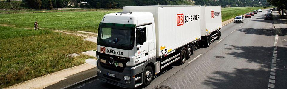 DB Schenker Lkw mit Wechselaufbauten in Dresden unterwegs