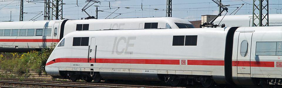 """ICE """"Kreuzung"""" im Gleisvorfeld des Nürnberg Hbf (ICE 1 und ICE 2 im Hintergrund)"""